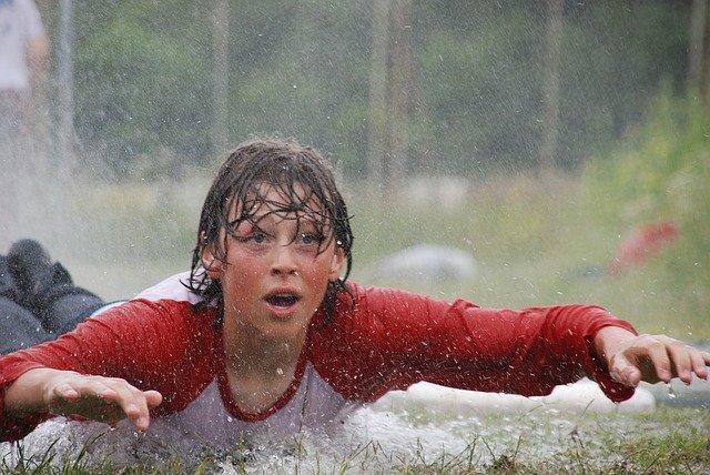 chlapec sportuje v dešti