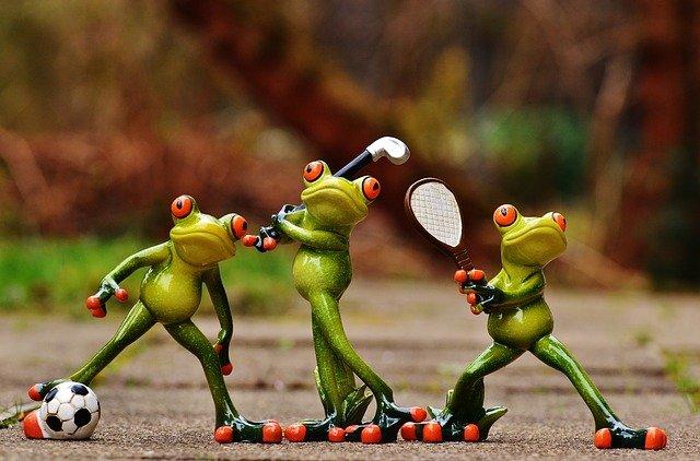 sportující žáby figurky