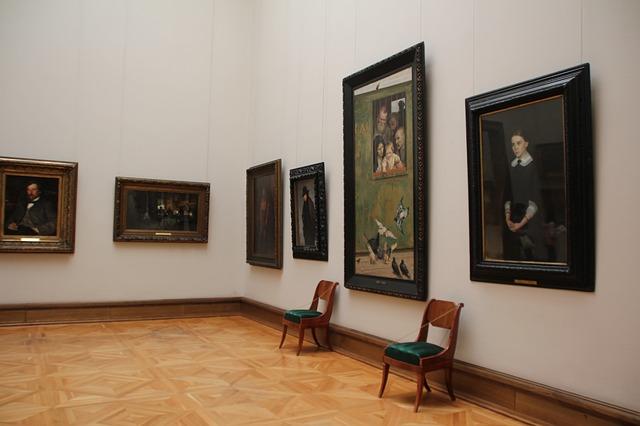 obrazy v muzeu