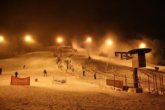 sjezdovka při večením lyžování