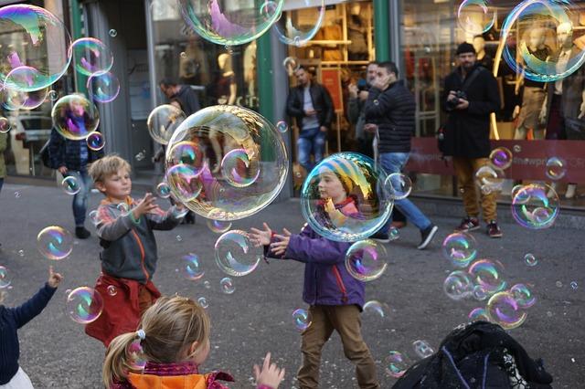 děti a bubliny na ulici