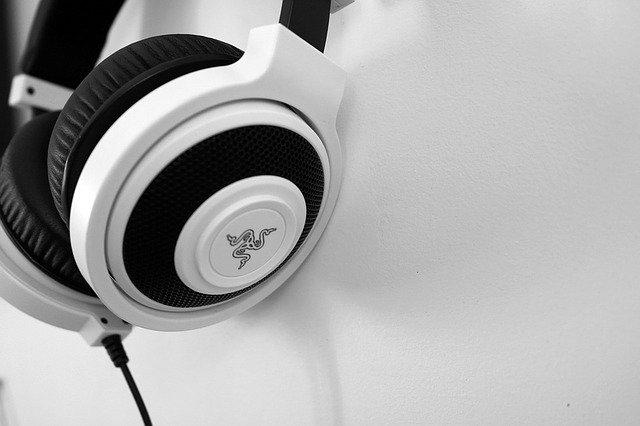 bíločerné sluchátka.jpg