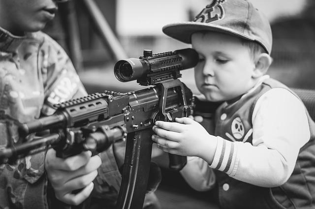 chlapec a vojenská zbraň