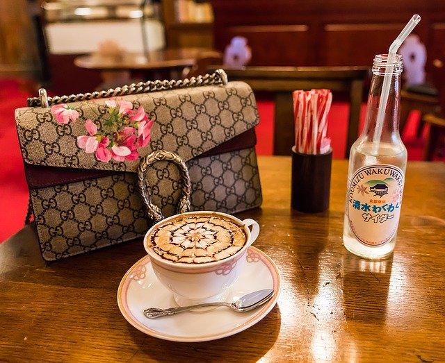 kabelka u kávy