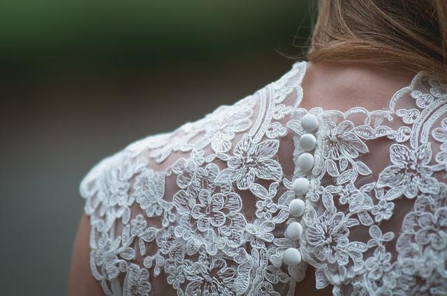 krajkové záda šatů