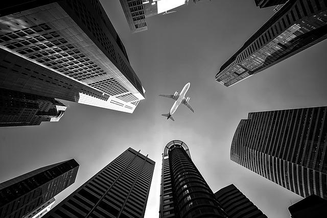 letadlo nad mrakodrapy