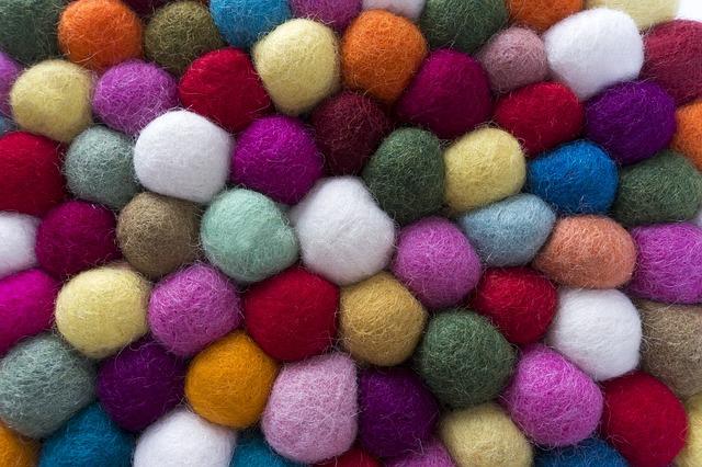 barevné plstěné kuličky