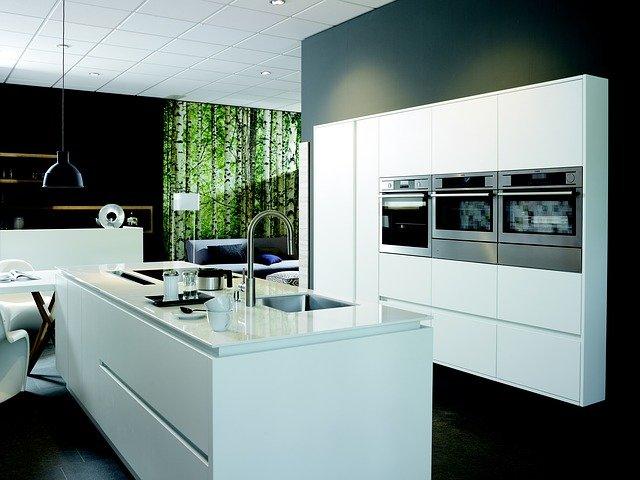 moderní lesklá bíločerná kuchyně