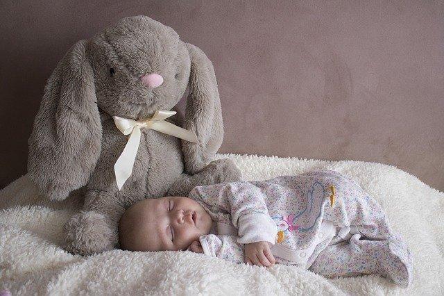 novorozeně u plyšáka