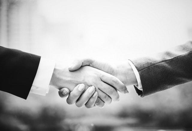 Černobílá fotografie podání rukou.jpg