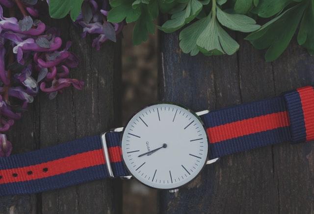 Klasické hodinky s látkovým řemínkem