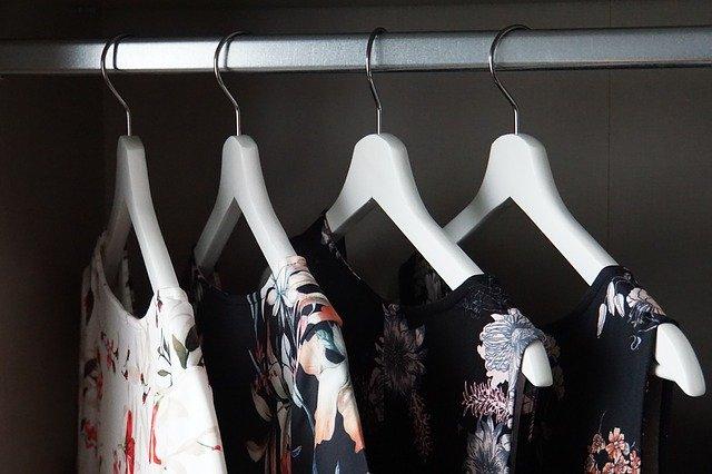 oblečení ve skříni