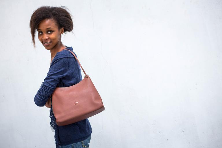 žena s malou kabelkou