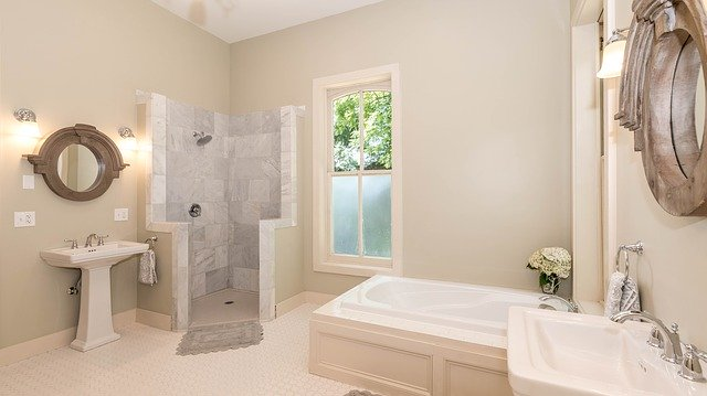 moderní koupelna s vanou i sprchou