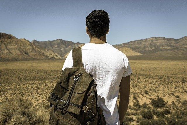 muž s batohem