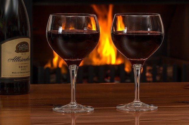 sklenice červeného vína
