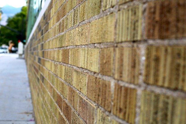 nevzhledná cihlová zeď