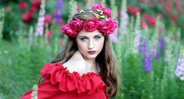 žena s květinovým věncem