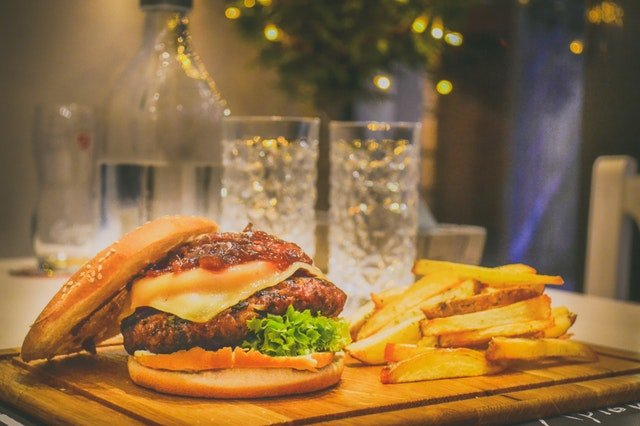 hamburger, hranolky, kalorie