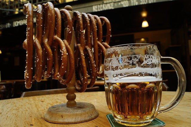 půllitr s pivem a preclíky
