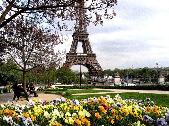rozkvetlé zahrady před Eiffelovou věží