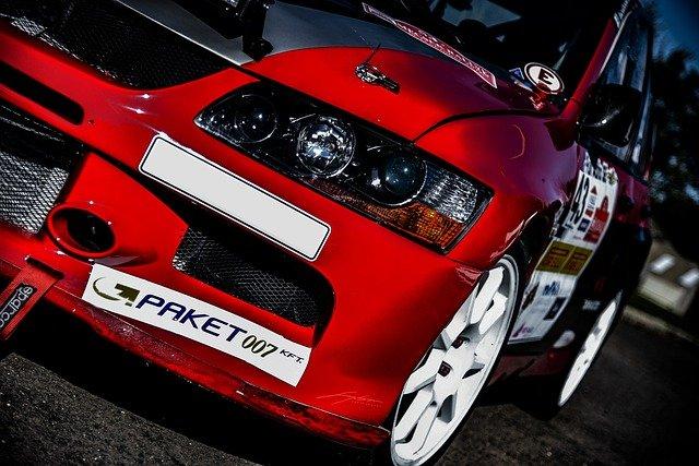 červený vůz s bílými koly autosport