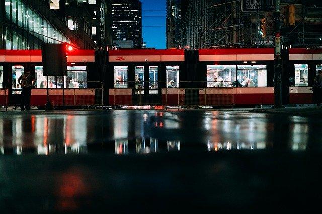 noční osvětlený vlak